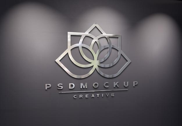 3d 금속 효과 모형이 있는 사무실 벽의 로고