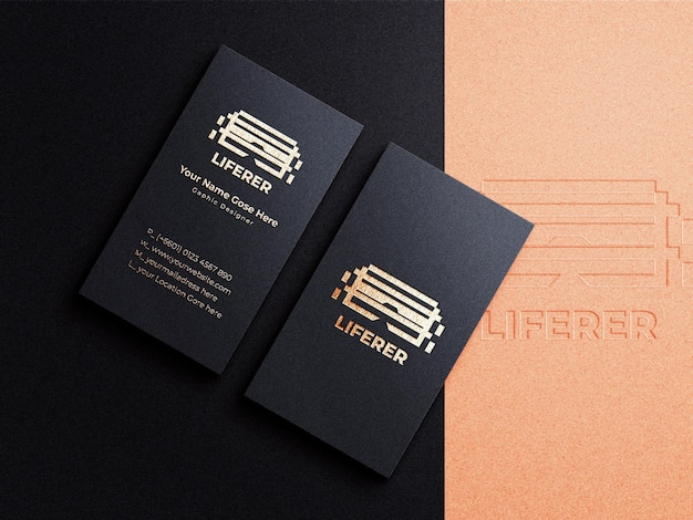수직 명함 및 금박 효과에 고급스럽고 현대적인 로고 모형