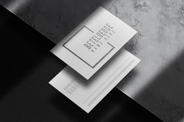 豪華な黒のエンボス名刺の展望ビューモックアップ