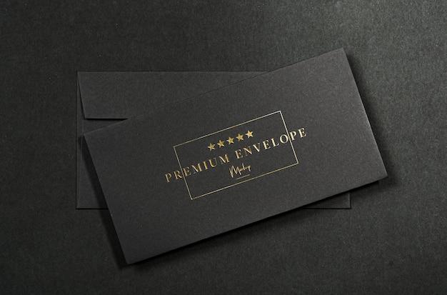 Роскошный черный конверт макет. реалистичный макет конверта с тиснением золотой фольгой, premium psd