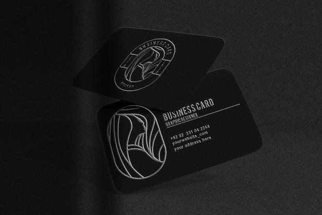 シルバーのエンボス加工のモックアップが付いた豪華な黒のフローティングビジネスカード