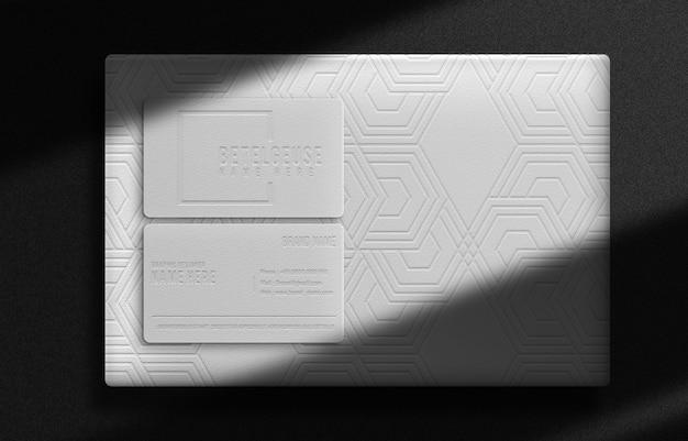 豪華なボックスと名刺のエンボス加工された上面図のモックアップ