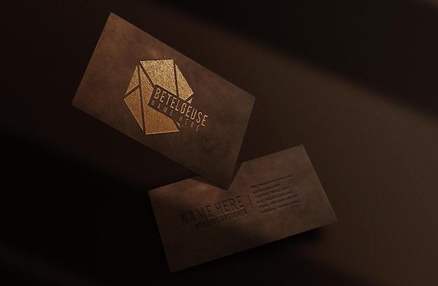 Роскошный крупный план с тисненым кожаным тисненым логотипом и плавающим макетом визитной карточки