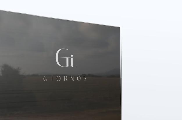 Макет логотипа роскошной компании на стекле