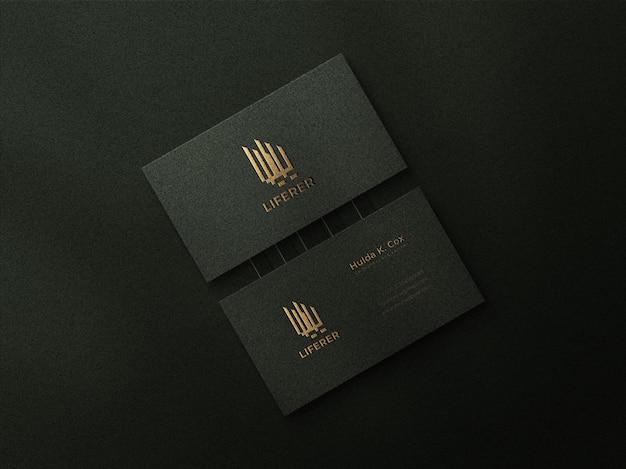 양각 효과와 고급 금 로고 모형이 있는 고급 어두운 명함 모형