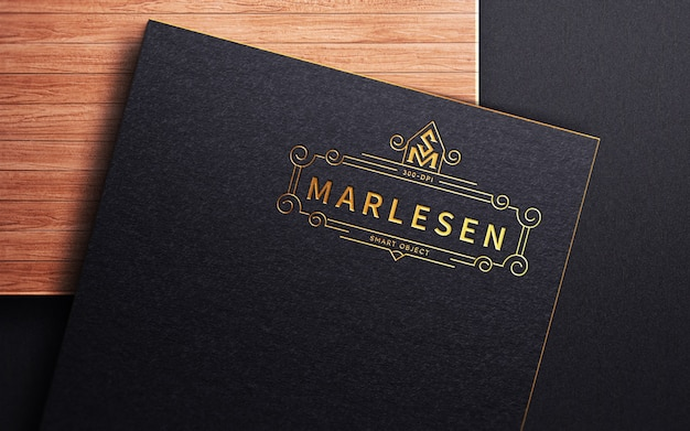 Роскошный макет логотипа с тиснением на черной крафт-бумаге