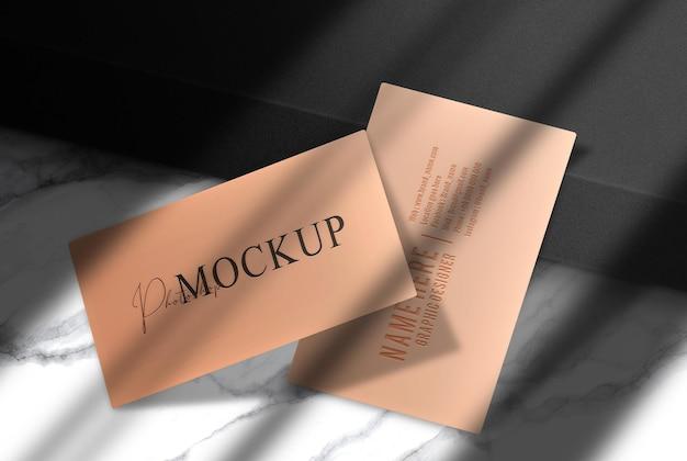 Роскошная тисненая визитка с черным макетом подиума