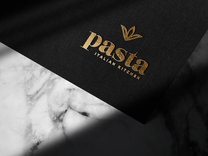 Роскошный рельефный золотой логотип макет на черной бумаге