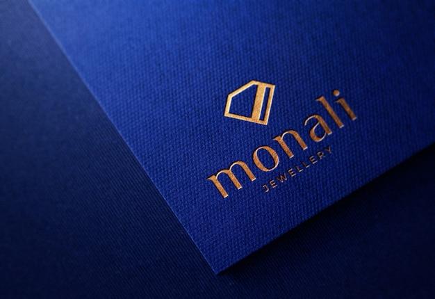파란 종이에 고급 양각 된 로고 이랑