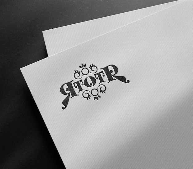 Роскошный макет с тисненым логотипом на белой бумаге