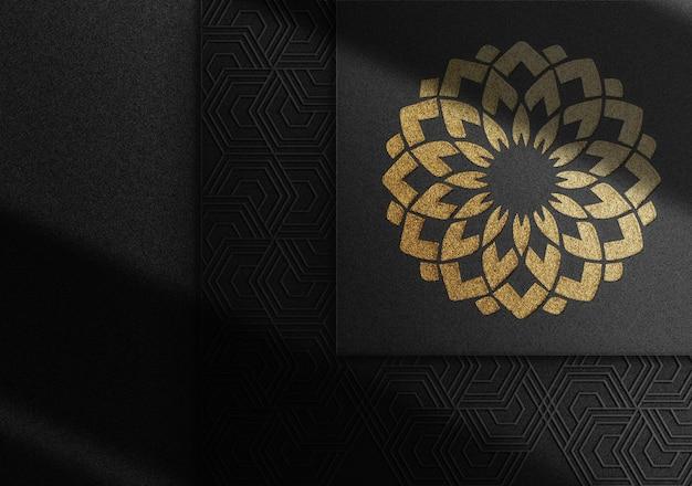豪華なゴールドのエンボスロゴのモックアップ