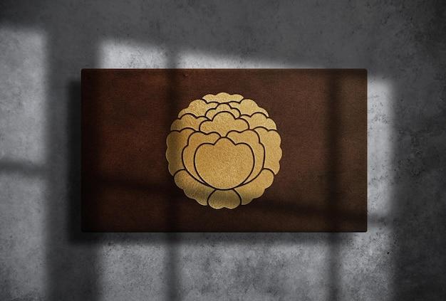 Роскошный золотой тисненый логотип в прямоугольной кожаной коробке, макет