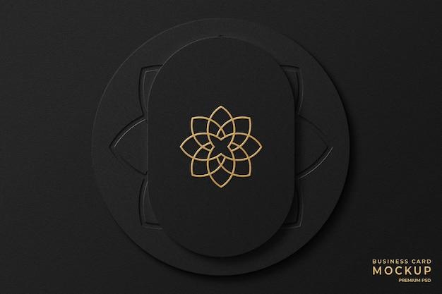 背景に活版印刷のロゴと豪華な金箔名刺モックアップ