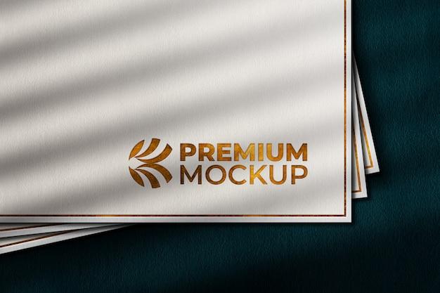Роскошный золотой макет логотипа на белой бумаге