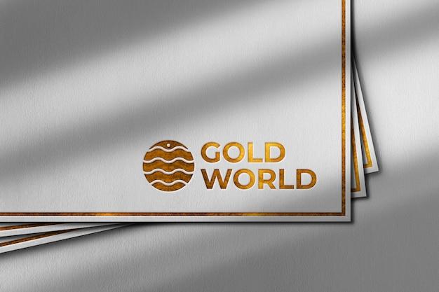 白い紙の上の高級ゴールドロゴモックアップ