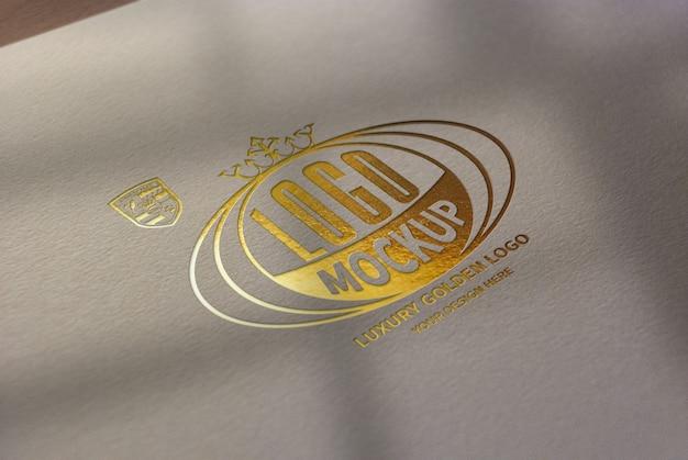Роскошный золотой логотип макет на белой крафт-бумаге