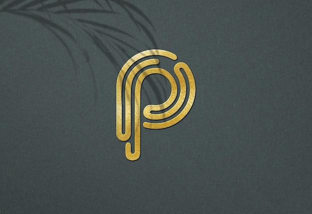 Роскошный золотой макет логотипа с тенью листа