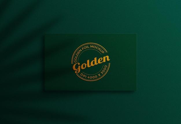 豪華なグリーンとゴールドの名刺モックアップデザイン