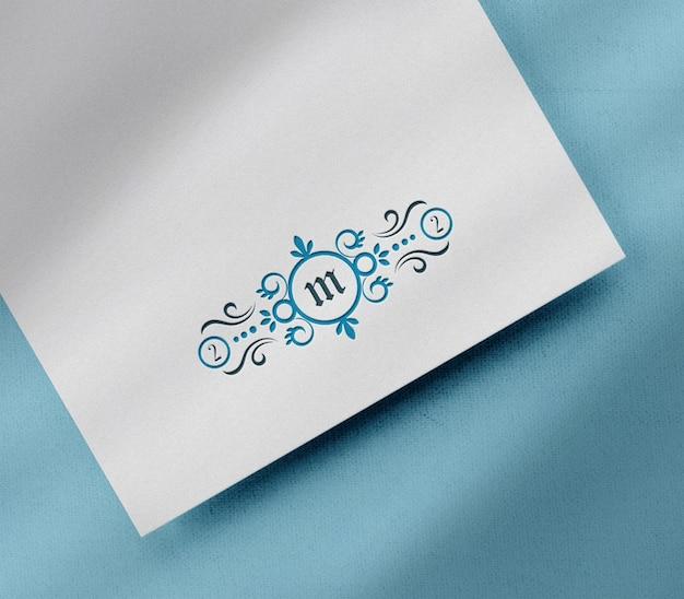 白い紙に高級活版ロゴ モックアップ