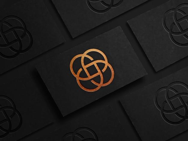 黒の名刺に豪華なロゴのモックアップ