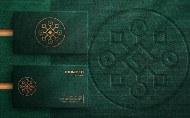 緑の名刺に豪華なロゴのモックアップ