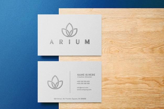 Роскошный макет логотипа на белой визитной карточке