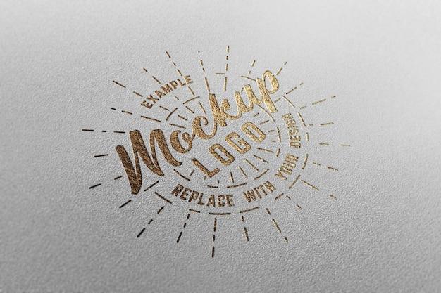 白いクラフト紙の豪華なロゴのモックアップ