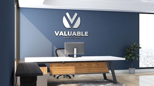 파란색 벽이 있는 접수실 실내 사무실에 있는 고급 로고 모형