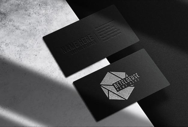 豪華なシルバーのエンボス加工された名刺の将来のモックアップ