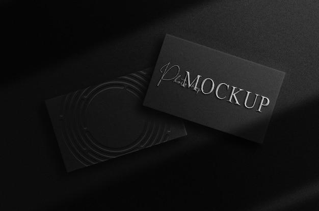 豪華なシルバーのエンボスロゴのモックアップ名刺スタックの展望