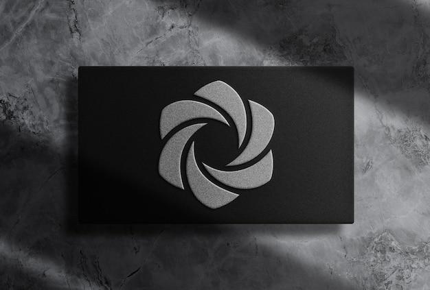 Роскошный макет прямоугольной коробки с тисненым серебристым логотипом