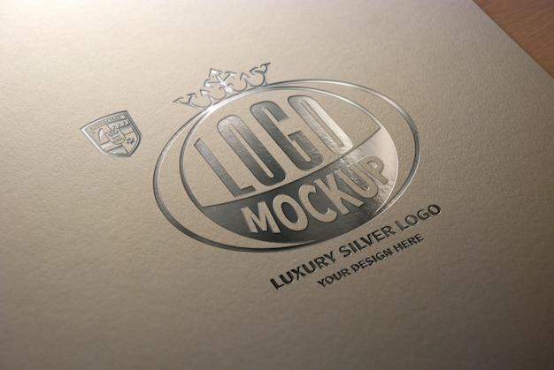 Роскошный серебряный макет логотипа на белой крафт-бумаге