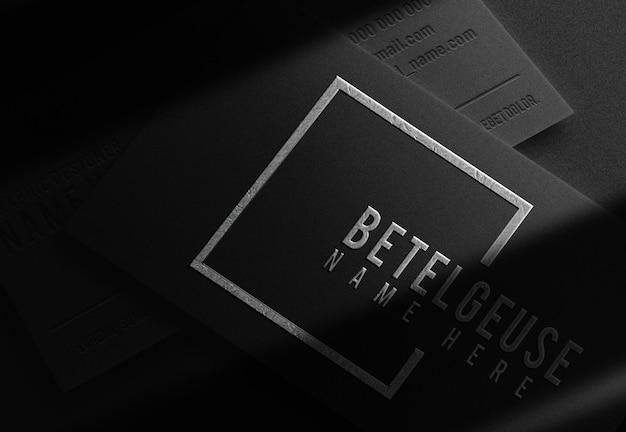 Роскошная серебряная пластина крупным планом с тисненым логотипом, макет визитной карточки, предполагаемый вид