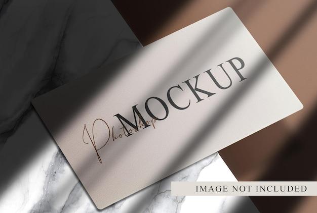 Роскошная визитная карточка с мраморным макетом подиума