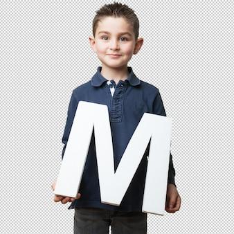 「m」の手紙を保持している小さな子供