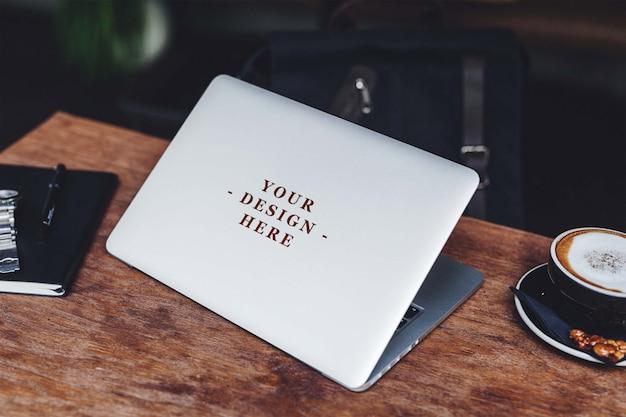 Macbookスキンデザインのモックアップ