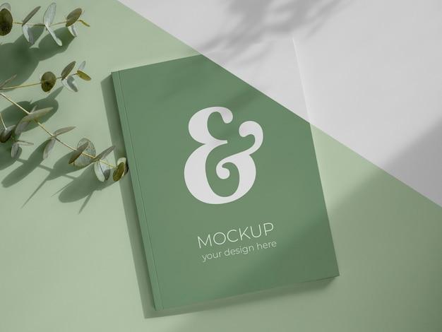 Плоский макет журнала и листьев