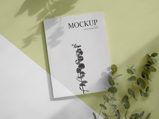 Mockup di riviste e foglie