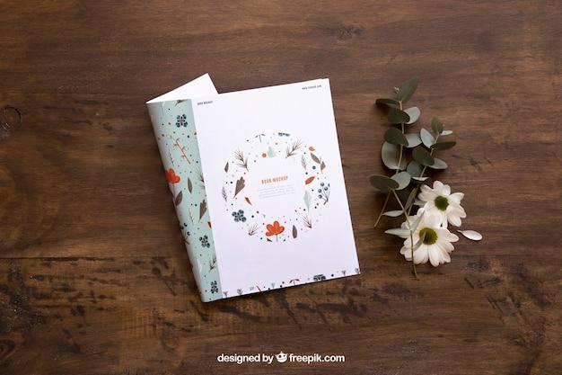 꽃 옆 잡지 모형
