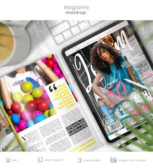 大理石のテーブルの雑誌のモックアップとタブレットのモックアップ
