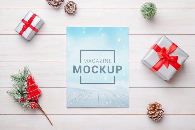 クリスマスの装飾が施された雑誌のモックアップ
