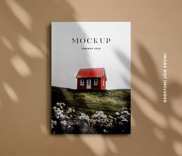 シャドウオーバーレイを使用した雑誌のモックアップ