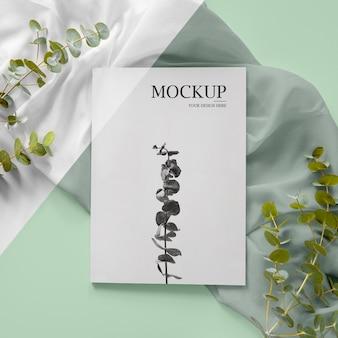 Assortimento di riviste e piante in alto