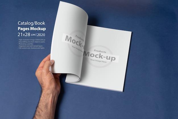 Мужская рука открыла книгу-каталог