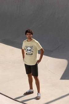 모형 티셔츠를 입은 남성 스케이트보더