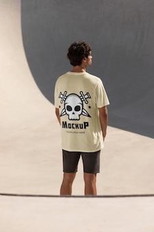 Мужской скейтбордист с футболкой-макетом