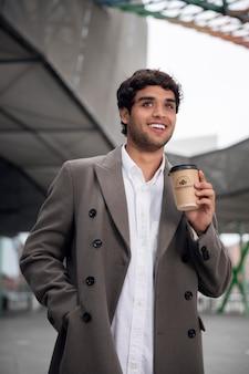 Человек в современных городских чистых местах с макетом чашки