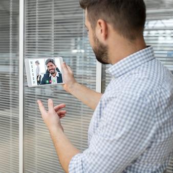 職場でビデオ会議をしている男