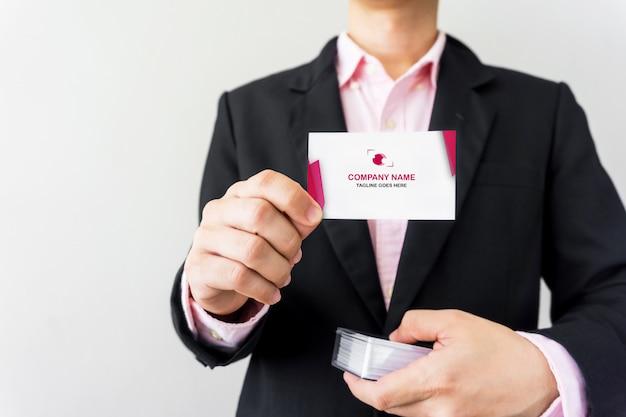 Мужчина держит макет визитной карточки