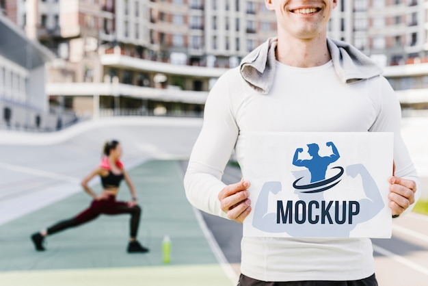 Uomo con vista frontale mock-up fitness